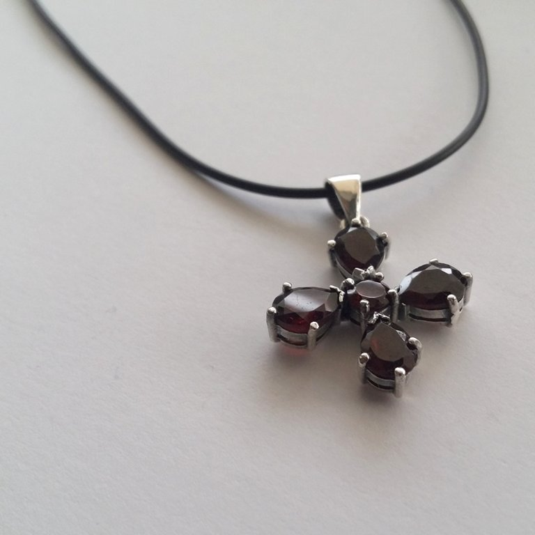 Garnet Cross Pendant Cruz Granate