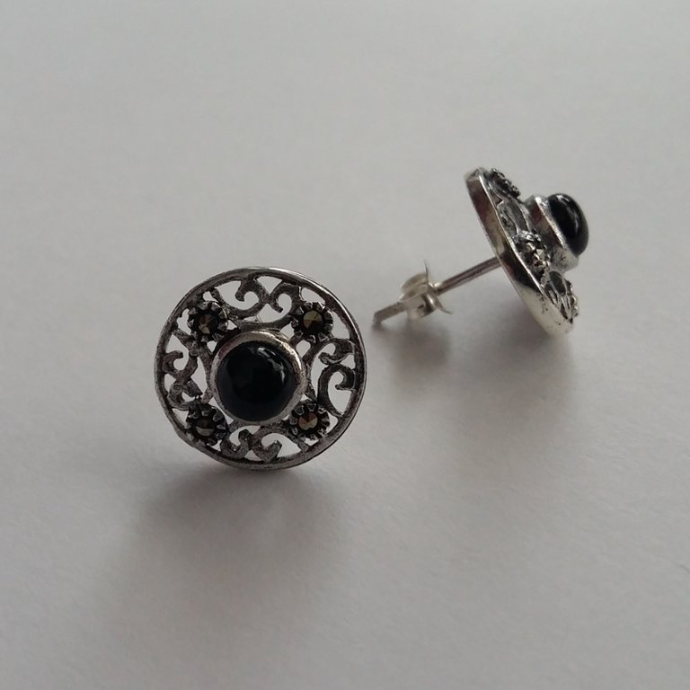 Belleza Earrings in Three Variants: with Aquamarine, Corund or Onyx