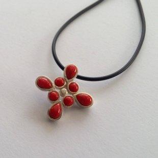 Sudraba krustiņš ar koralli Cruz Coral Rojo