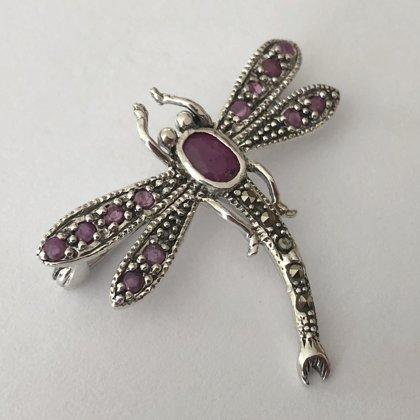 Spāres piespraude ar rubīnu Libelula Rubi